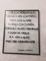 Quadro de vidro com moldura mensagem de Chaplin
