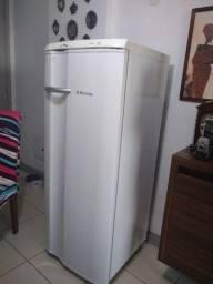 Geladeira / Refrigerador Electrolux Degelo Prático RE28 - Branca - 1 porta - 220v