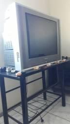Televisão e mesa de vidro