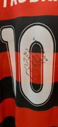 Camisa do Flamengo com autógrafo do Zico e outros.