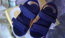 Sandálias azul nova na caixa