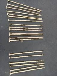 Vendo agulhas de tricô, de madeira, ao total são 20 agulhas medindo 44cm cada. Leia.