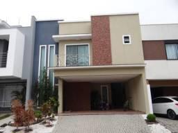 Casa em estilo contemporâneo em condomínio fechado. 03 suítes. Lavabo. 02 vagas
