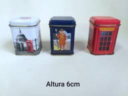 Três antigas latinhas de chá importadas da Inglaterra