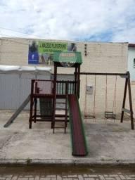 Parquinho playground colorido em madeira