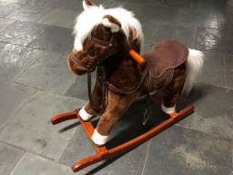 Cavalo de Balanço de Pelúcia