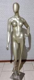 Manequim feminino dourado