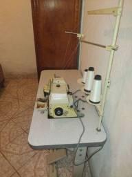 Vede-se máquina de costura profissional.