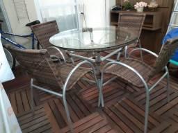 Mesa com 4 cadeiras em excelente estado de conservação.