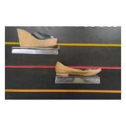 Expositor de Calçado Adulto Em Acrilico Incolor Painel Canaletado