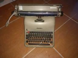 Maquina de escrever da marca Olivetti modelo Lexikon 80 ou Remington