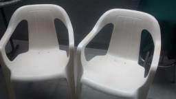 Cadeiras de plástico brancas
