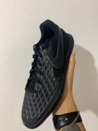 Chuteira Nike Legend 8 Club iC número 40