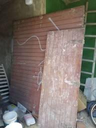 Portão de madeira um grande e um pequeno