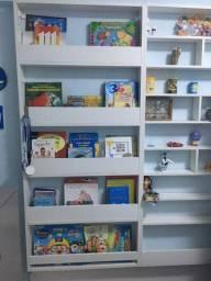Estante para exposição de livros e miniaturas