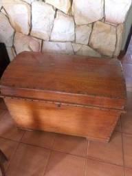 Baú de madeira maciça
