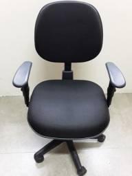 Cadeira giratória com regulagem de altura e apoio para braços