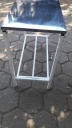 Mesa com tampo em inox