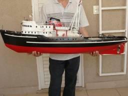Barco em escala de controle remoto
