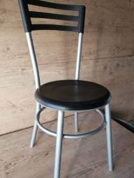 Cadeira em metal com assento em plástico injetado pintura nova