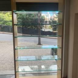 Estante Expositora em Madeira com Prateleiras em Vidro