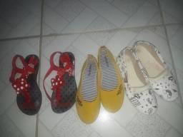 Duas sapatilhas e uma sandália da minie  so 30 reias!!