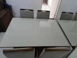 Mesa de madeira com vidro branco