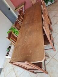 Mesa de madeira maciça com 10 cadeiras
