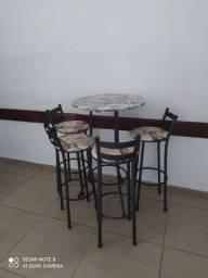 Mesa com bancos bistrô