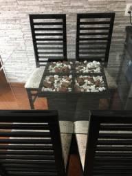 Mesa em laca preta com tampo de vidro mais 4 cadeiras e 2 puffs com rodinhas