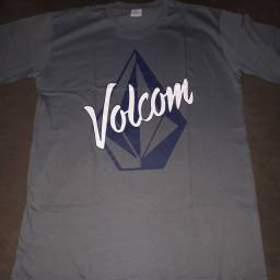 Kit com 10 camisas de marcas famosas por 180,00 reais: