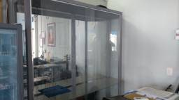 Armário de vidro espelhado