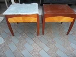 par de criado mudo de madeira com base de vidro