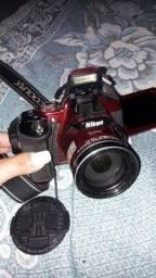 Câmera semi profissional Nikon Coolpix P600 vermelha.