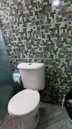 Casa com cozinha , quarto , área de serviço mais banheiro