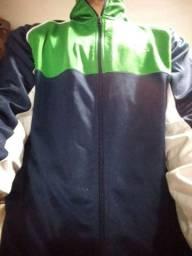 Casaco azul e verde, tecido sintético, para praticar esportes.