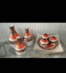 Trio de garrafas e bandeja com bolas