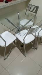 Mesa com quatro cadeira nova