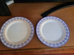 2 pratos de jantar de plástico duro