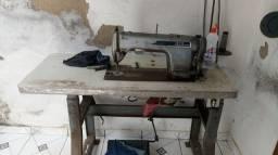 Máquina de costura reta e uma goleira industrial