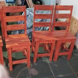 Cadeira de palete envernizada