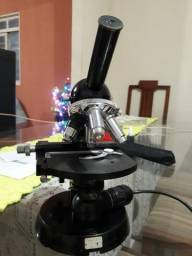 Microscópio em ótimo estado.