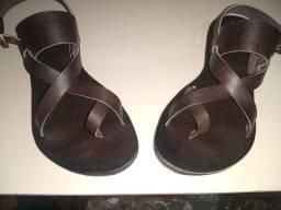 Sandálias em couro e sapatilhas