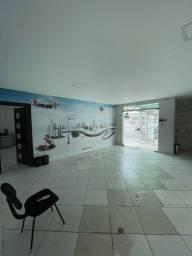 Casa p fins comerciais, com vários ambientes de trabalho e depósito