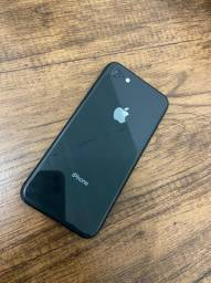 iPhone 8 semi novo.