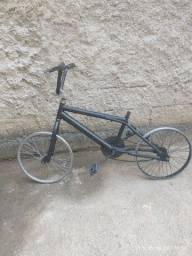 Quadro bicicleta com rodas e guidão