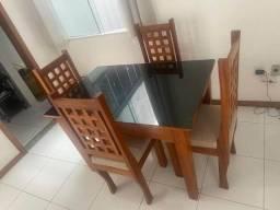 Conjunto mesa com 4 cadeiras.