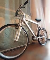 Bicicleta de alumínio conservada com detalhe na câmera de ar traseira