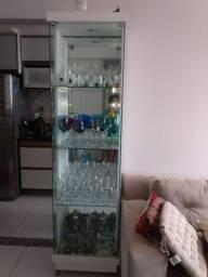 Cristaleira de vidro branca. Nada do que existe dentro está a venda!