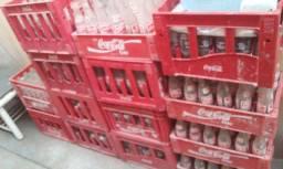 Engradados com garrafas de refrigerante